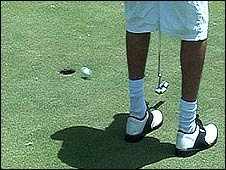 Un hombre jugando al golf
