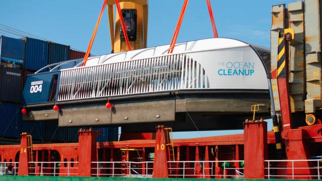 Puerto SANSOUCI recibe buque interceptor que limpiará el rio Ozama