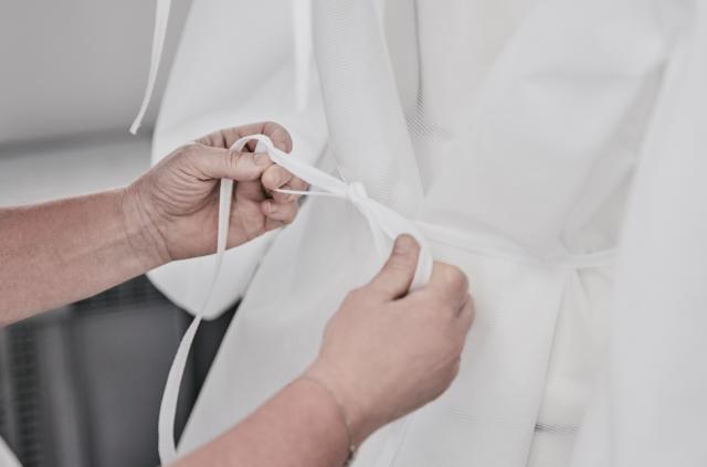 Louis Vuitton pone en marcha su taller prêt-à-porter para fabricar batas para hospitales parisinos