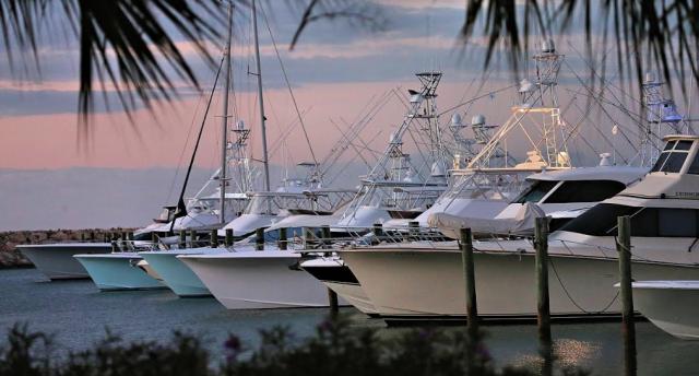 Con la reapertura del turismo a partir del primero de julio, las marinas deportivas del país anunciaron que están listas para reiniciar sus operaciones náuticas con protocolos bien establecidos, y unificados con las marinas de la región del Caribe, brindando así toda la seguridad a los navegantes. Siguiendo las recomendaciones formuladas por la Comisión de Alto Nivel para la Prevención y el Control del Coronavirus en República Dominicana, y con la apertura de las fronteras, las principales marinas deportivas dominicanas abrirán sus amarres al turismo náutico nacional y extranjero. El protocolo sanitario y de bioseguridad para minimizar el riesgo de contagios en las facilidades de las diferentes marinas y clubes náuticos del país, incluyen el uso obligatorio de mascarillas, distanciamiento físico y social, requerimientos de resultados negativos de pruebas PCR de no más de 10 días de emitido para las llegadas internacionales, la aplicación de pruebas rápidas de manera periódica al personal de planta y tripulaciones de embarcaciones locales. En adición, se han redoblado las medidas de limpieza y desinfección, incluyendo los equipos de protección necesarios para los colaboradores. El turismo náutico es uno de los sectores con mayor potencial para el desarrollo nacional, desde la pesca, en su gran mayoría de captura y liberación, la navegación recreacional y el tránsito de embarcaciones desde un destino a otro del Caribe. Las actividades náuticas se han convertido en el mejor complemento de actividades ofrecidas a los millones de turistas que visitan el país cada año. A diferencia de otros destinos náuticos de la región, la República Dominicana mantuvo cerrada todas las operaciones náuticas, razón por la cual la reapertura de sus operaciones representa un reto para estas instalaciones, por la estacionalidad de este tipo de turismo que se vio afectado por la pandemia. Las marinas deportivas desempeñan un rol importante en la oferta turística dominicana por lo que desde ya