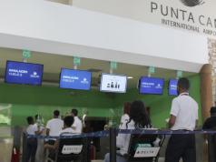 """El Aeropuerto Internacional de Punta Cana (PUJ) realizó un simulacro de reactivación de las operaciones previo a su reapertura el próximo 1ro de julio, con el objetivo de afianzar en la comunidad aeroportuaria los nuevos protocolos de seguridad sanitaria implementados en la terminal para la contención y prevención ante el Covid-19. El ejercicio se llevó a cabo en la terminal A, desarrollándose en torno a la llegada de un vuelo y la salida de dos simultáneamente. Durante el mismo, se simuló el abordaje de autobuses desde la salida de un hotel hasta la llegada al aeropuerto, la utilización de quioscos para realizar el auto-registro o self-check in y la facturación en el mostrador. Además, fueron puestos en marcha los servicios VIP, servicios de maleteros, asistencia a pasajeros con movilidad reducida, y protocolos en el área de tiendas y restaurantes. También, se representó el proceso a llevarse a cabo en las estaciones del Ministerio de Salud Pública (MSP), en donde se tomará la temperatura a los pasajeros; se simuló la lectura digital de los pases de abordaje por el personal encargado, el paso por los arcos detectores de metal o escáneres corporales, y el proceso de migración hasta llegar a la puerta de embarque. Además, se escenificó la detención de un pasajero con síntomas sospechosos del Covid-19, para poner en práctica la activación de los protocolos establecidos por el Ministerio de Salud Pública. """"Queremos asegurar el correcto funcionamiento de todos nuestros protocolos y la actuación rápida de nuestro personal, como de la comunidad aeroportuaria, ante cualquier situación real durante nuestras operaciones"""", expresó Alberto Smith, director de Operaciones de Landside del Aeropuerto Internacional de Punta Cana. En el simulacro, realizado el pasado 25 de junio, participaron más de 200 personas, entre ellas, personal y representantes de líneas aéreas,empresas transportistas, representantes de servicio en tierra, tiendas, el Cuerpo Especializado en Seguridad Aeropor"""