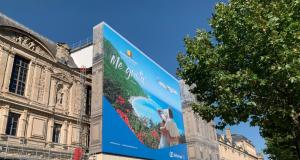 RD se promociona en fachada Museo del Louvre, París, Francia