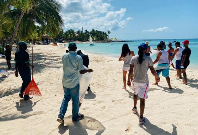 """El hotel Viva Wyndham Dominicus Beach en Bayahibe se sumó a la jornada del Día Mundial de Limpieza de Playas, con la participación de colaboradores del hotel, clientes y la empresa Suriplant, suplidora de servicios de las áreas verdes. Durante la actividad se lograron recoger 20 fundas de cincuenta y cinco galones de basura, tras varios días de recogida alterna en las inmediaciones del litoral costero de Bayahibe. Claudio Natella, Gerente General de Viva Wyndham Dominicus Beach, explicó """"es nuestro compromiso y el de todos los colaboradores, contribuir a la concienciación y cuidado del medioambiente, especialmente a través de nuestras playas, que son el principal recurso de la industria turística y a las que debemos preservar para el disfrute de las presentes y futuras generaciones"""". El Viva Wyndham Dominicus Beach reabrió sus puertas el pasado 18 de septiembre tras un proceso de remodelación que incluyó la renovación del lobby, las habitaciones estándar y superior, la reforma del bar El Trago y la redecoración de cuatro restaurantes: el buffet principal, Viva México, La Pizzería y La Roca. Sobre Viva Wyndham Resorts Viva Wyndham Resorts cuenta con propiedades con todo incluido en Bahamas, República Dominicana y México. Viva Resorts, la empresa matriz de Viva Wyndham Resorts, ha desarrollado, administrado y comercializado productos hoteleros en el Caribe por más de 30 años. Además de Viva Wyndham Resorts, la cartera incluye el Club Viva, solo para miembros, y V Collection, que está dedicada a propiedades con todo incluido, solo para adultos. Para más información, visite www.vivaresorts.com"""