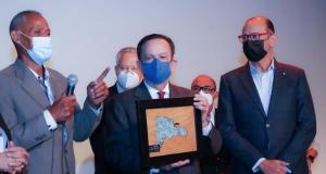 Gobernador Valdez Albizu recibe reconocimiento de artesanos